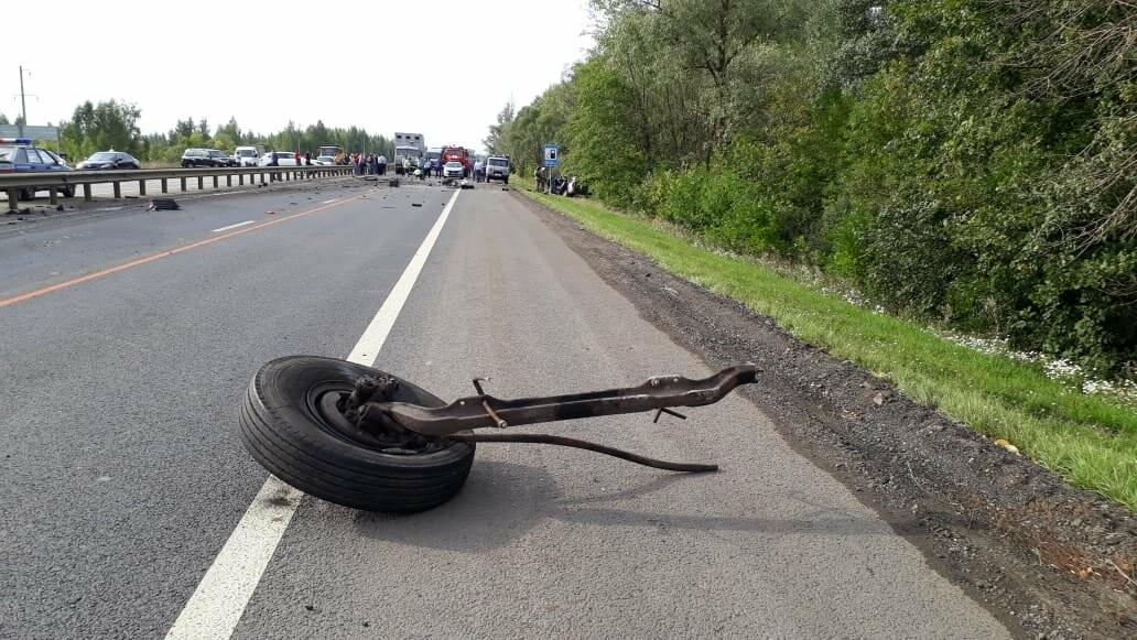 На федеральной дороге в Тамбовской области в столкновении зерновоза и двух «легковушек» погиб человек: видео, фото-5