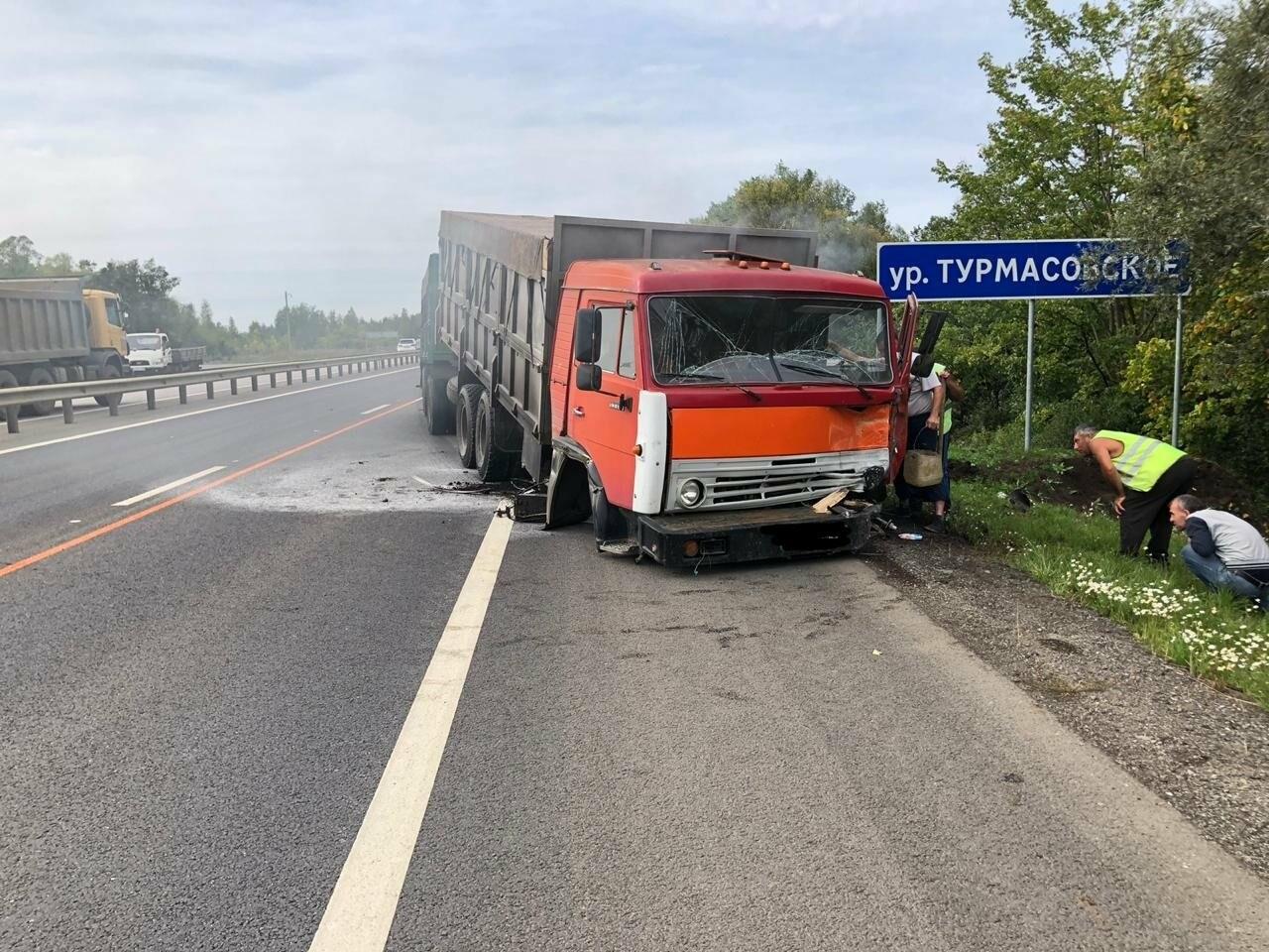 На федеральной дороге в Тамбовской области в столкновении зерновоза и двух «легковушек» погиб человек: видео, фото-3