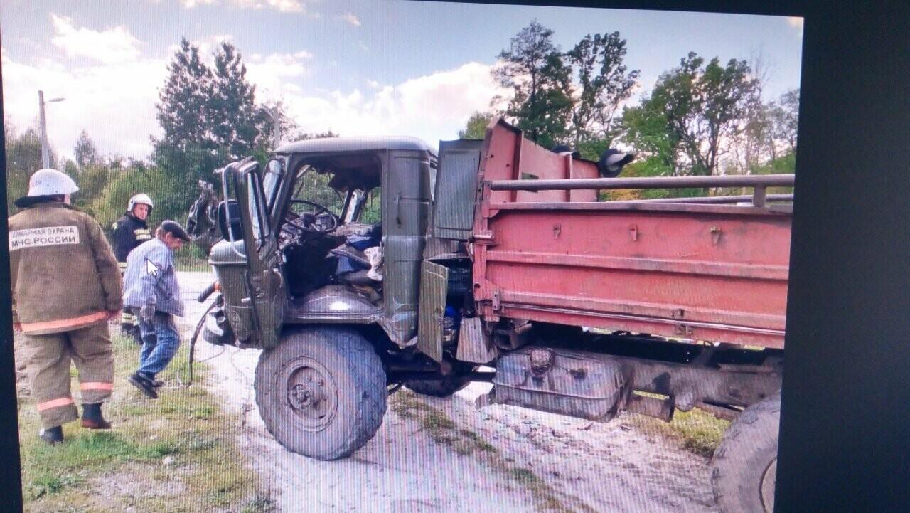 В Тамбовской области на ж/д переезде «ГАЗ» попал под локомотив: пострадали двое, фото-1