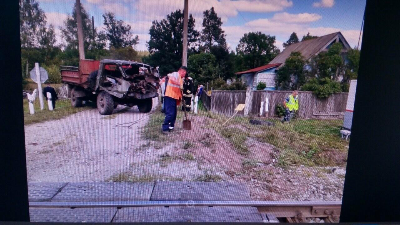 В Тамбовской области на ж/д переезде «ГАЗ» попал под локомотив: пострадали двое, фото-2