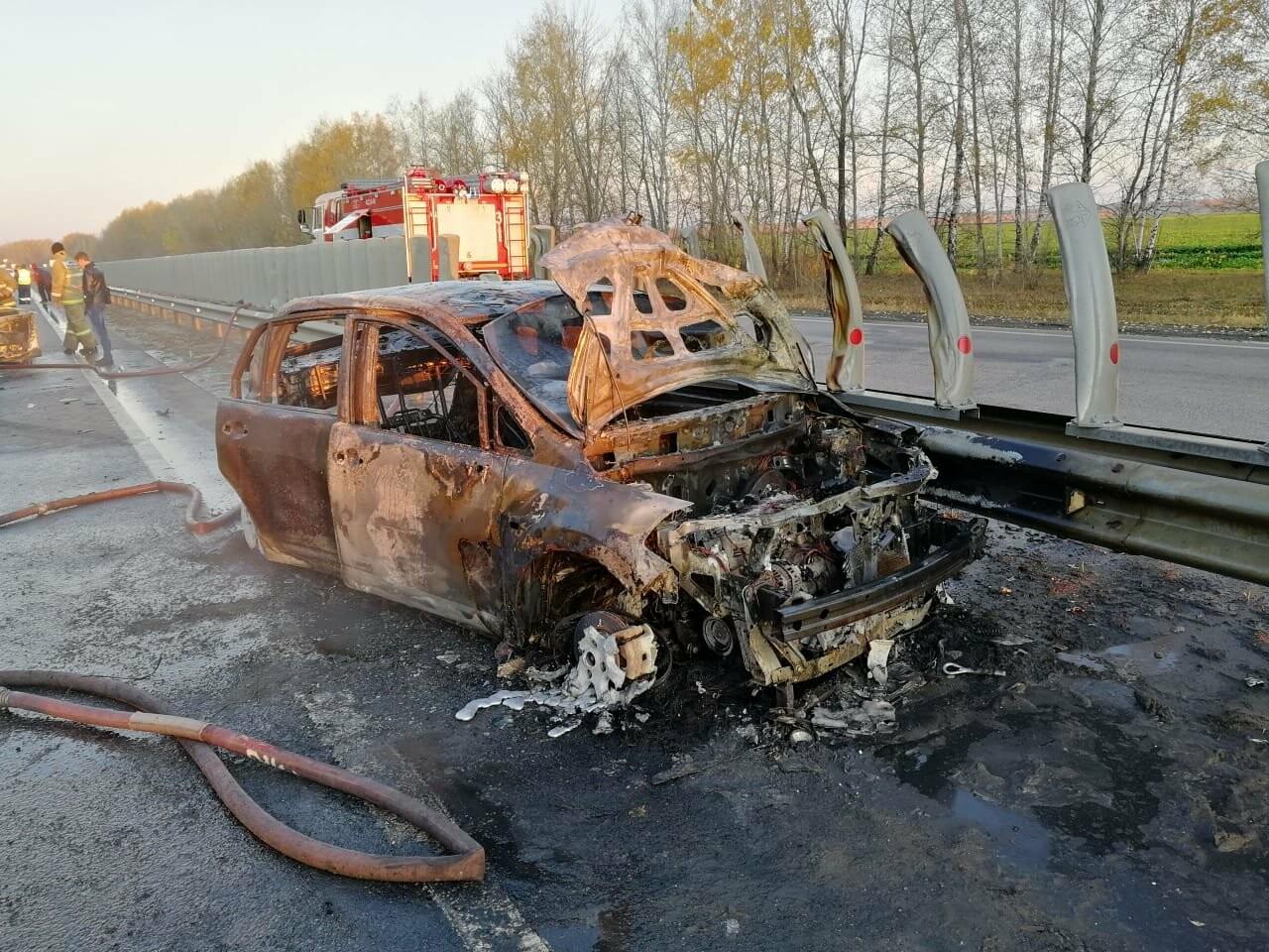 В массовом ДТП под Тамбовом сгорели два автомобиля, один человек погиб и еще четверо пострадали: видео, фото-1