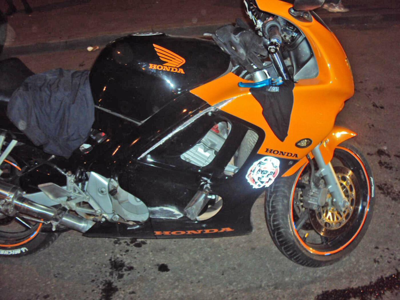 На севере Тамбова молодой мотоциклист не справился с управлением и перевернулся, фото-1