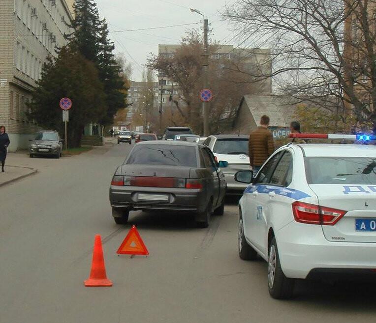 В Тамбове «десятка» протаранила припаркованный автомобиль: пострадала женщина, фото-1