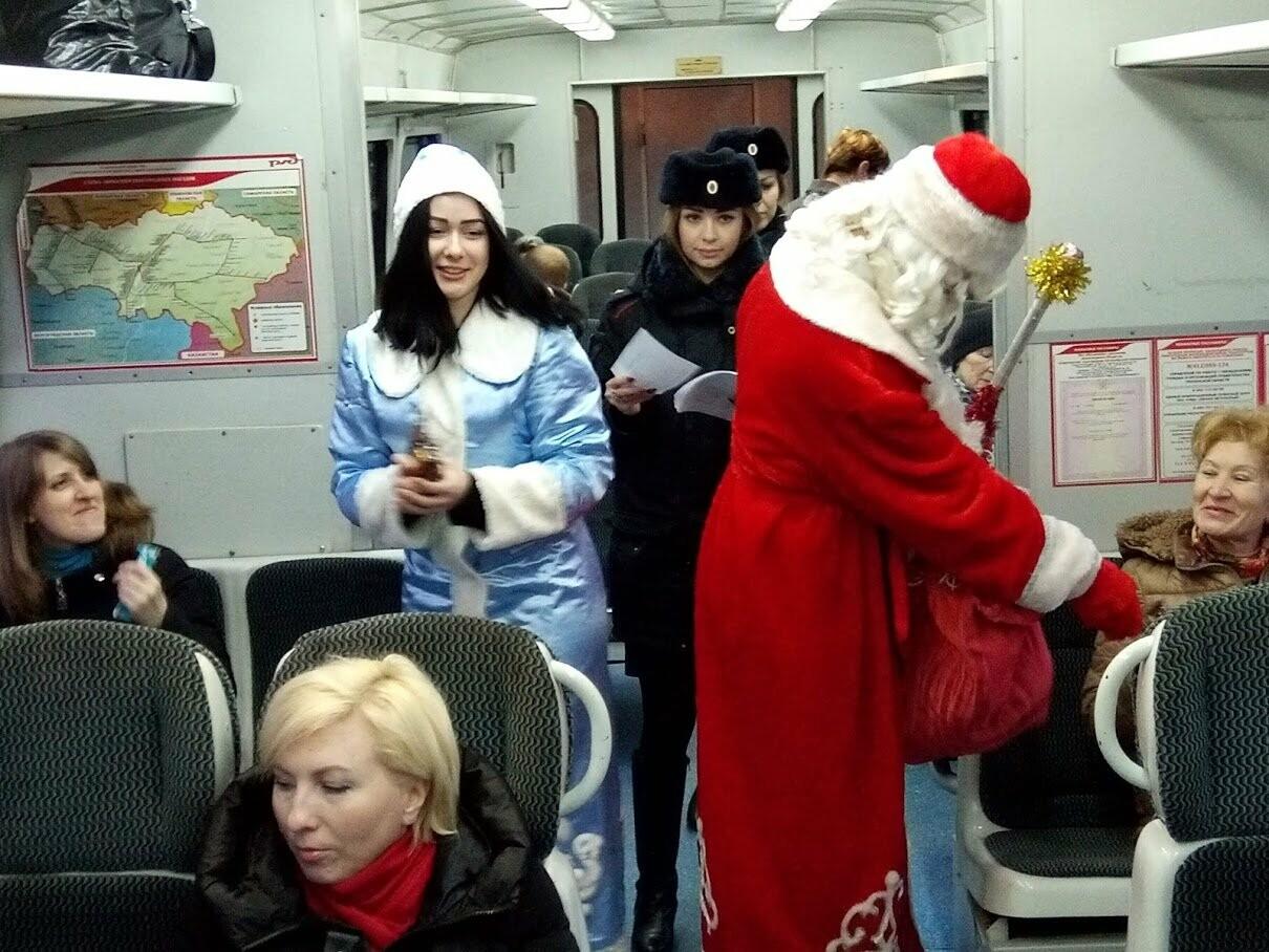 Тамбовских пассажиров поздравил полицейский Дед Мороз, фото-1