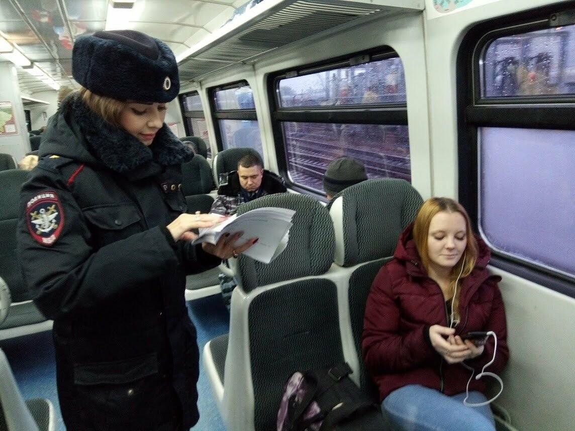 Тамбовских пассажиров поздравил полицейский Дед Мороз, фото-2