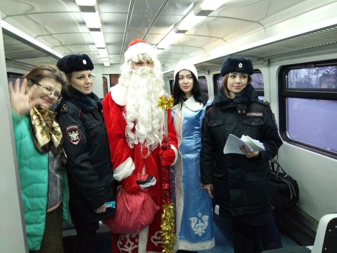 Тамбовских пассажиров поздравил полицейский Дед Мороз, фото-3