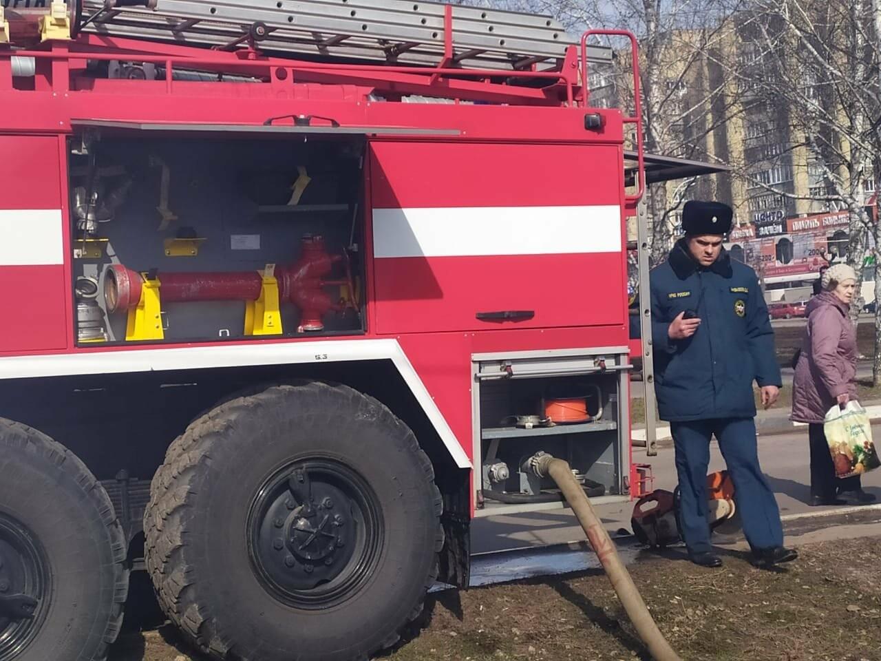 В центре Тамбова крупный пожар: горят надворные постройки, фото-1