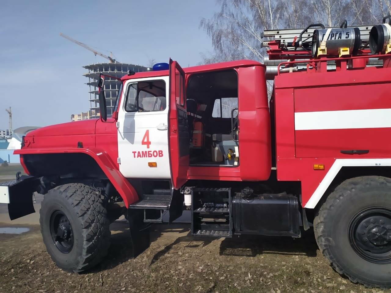 В центре Тамбова крупный пожар: горят надворные постройки, фото-2