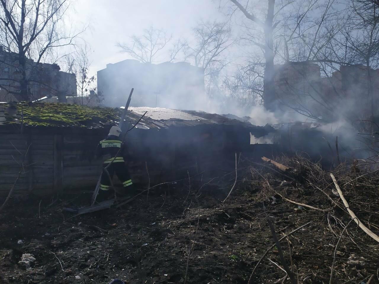 В центре Тамбова крупный пожар: горят надворные постройки, фото-6