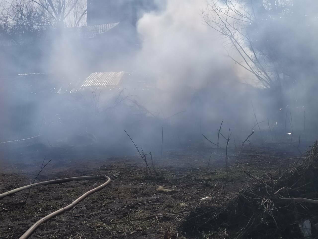 В центре Тамбова крупный пожар: горят надворные постройки, фото-3