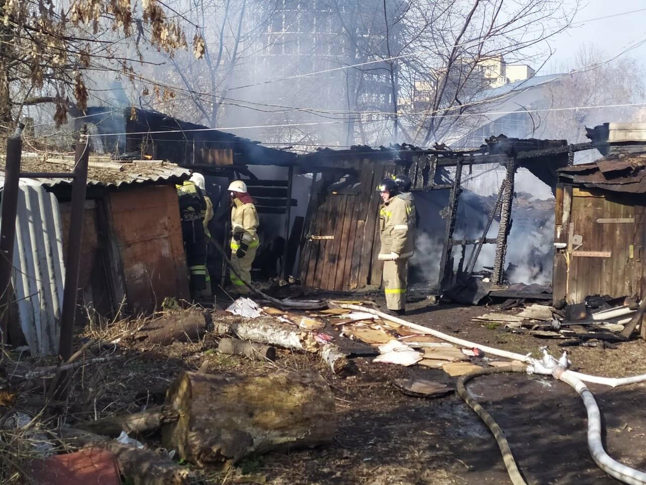 В центре Тамбова крупный пожар: горят надворные постройки, фото-4