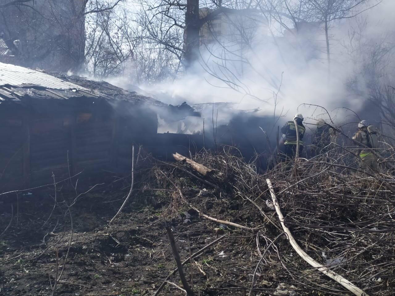 В центре Тамбова крупный пожар: горят надворные постройки, фото-5