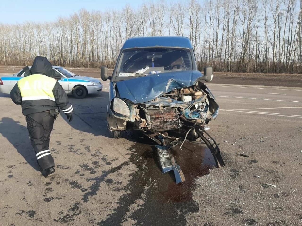 На трассе «Тамбов-Воронеж» при столкновении «ГАЗели» и такси пострадали двое, фото-1
