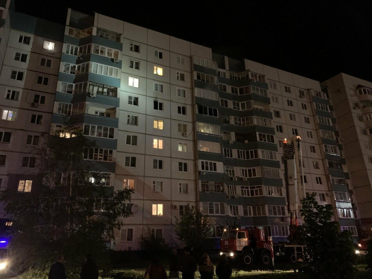 На севере Тамбова ночью эвакуировали жильцов многоэтажки из-за пожара на 7 этаже, фото-1