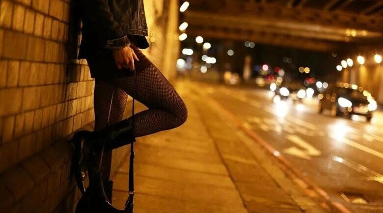 Проститутка у стены индивидуалки голландии