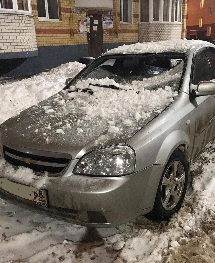 На улице Чичерина ледяная глыба изуродовала иномарку, фото-1
