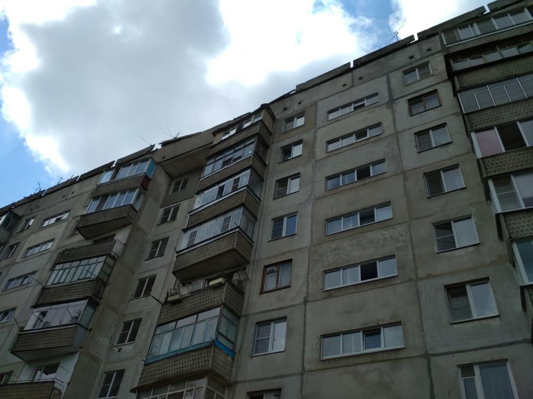 В многоэтажке на севере Тамбова обрушились бетонные плиты на крыше, фото-1