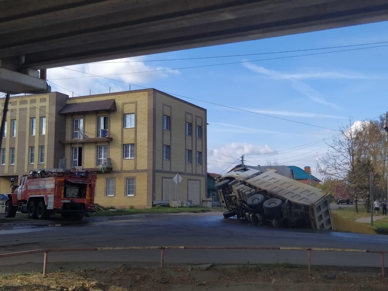 В Тамбове под Лермонтовским мостом перевернулся самосвал с песком, фото-1