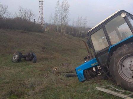 Под Тамбовом автобус с пассажирами врезался в трактор и протаранил столб, фото-2