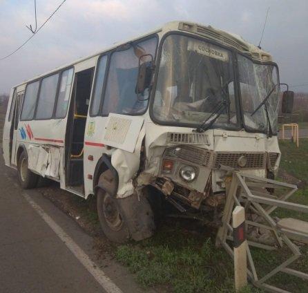 Под Тамбовом автобус с пассажирами врезался в трактор и протаранил столб, фото-3