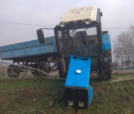 Под Тамбовом автобус с пассажирами врезался в трактор и протаранил столб, фото-1