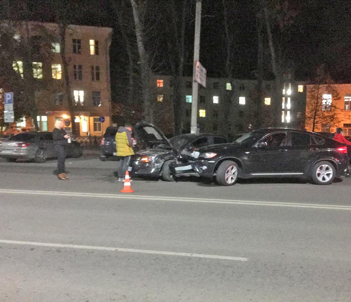 В центре Тамбова водитель BMW X6 устроил массовое ДТП: пострадала девушка, фото-1