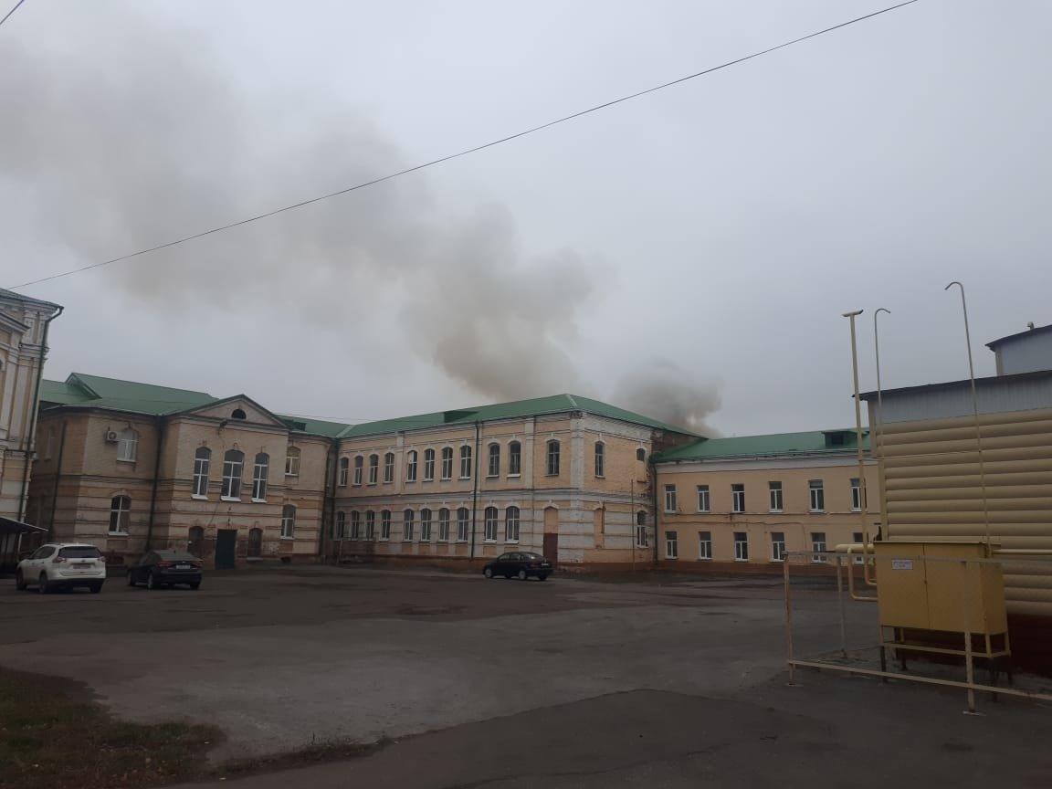 В центре Тамбова рядом с лицеем загорелся сарай, Советскую заволокло дымом: видео, фото-1