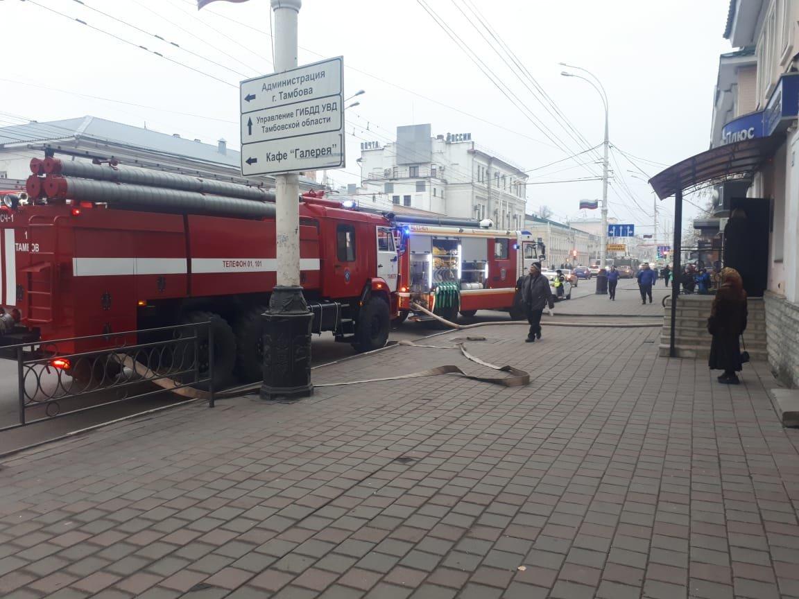 В центре Тамбова рядом с лицеем загорелся сарай, Советскую заволокло дымом: видео, фото-2