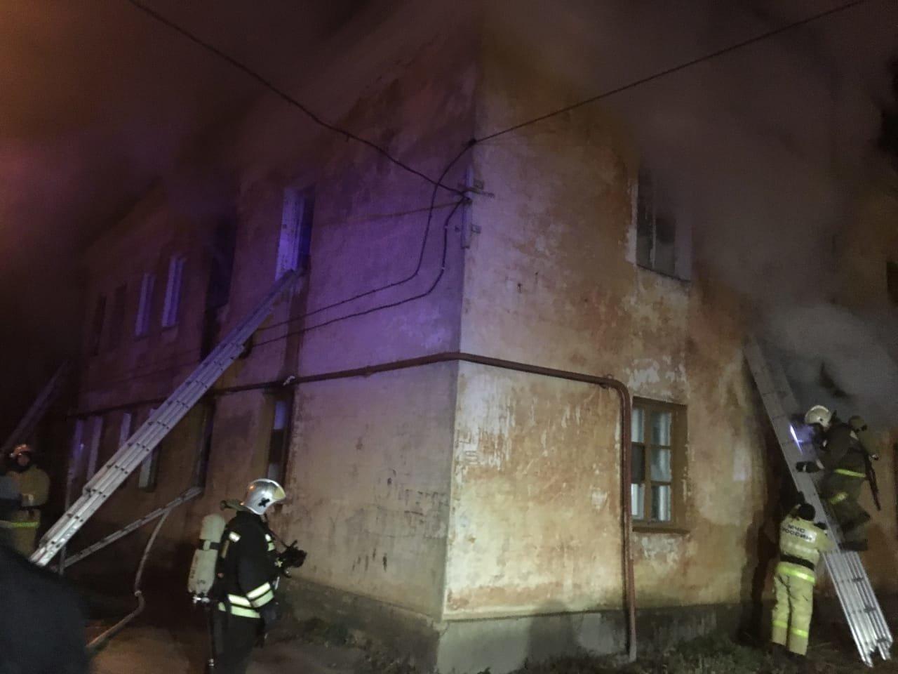 В центре Тамбова рано утром загорелся многоквартирный дом, 27 человек до сих пор не могут вернуться в жилище: видео, фото-1