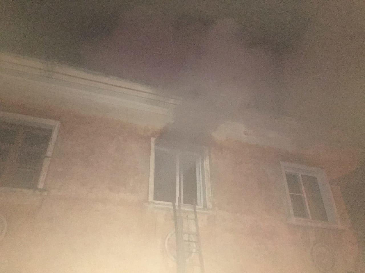 В центре Тамбова рано утром загорелся многоквартирный дом, 27 человек до сих пор не могут вернуться в жилище: видео, фото-2