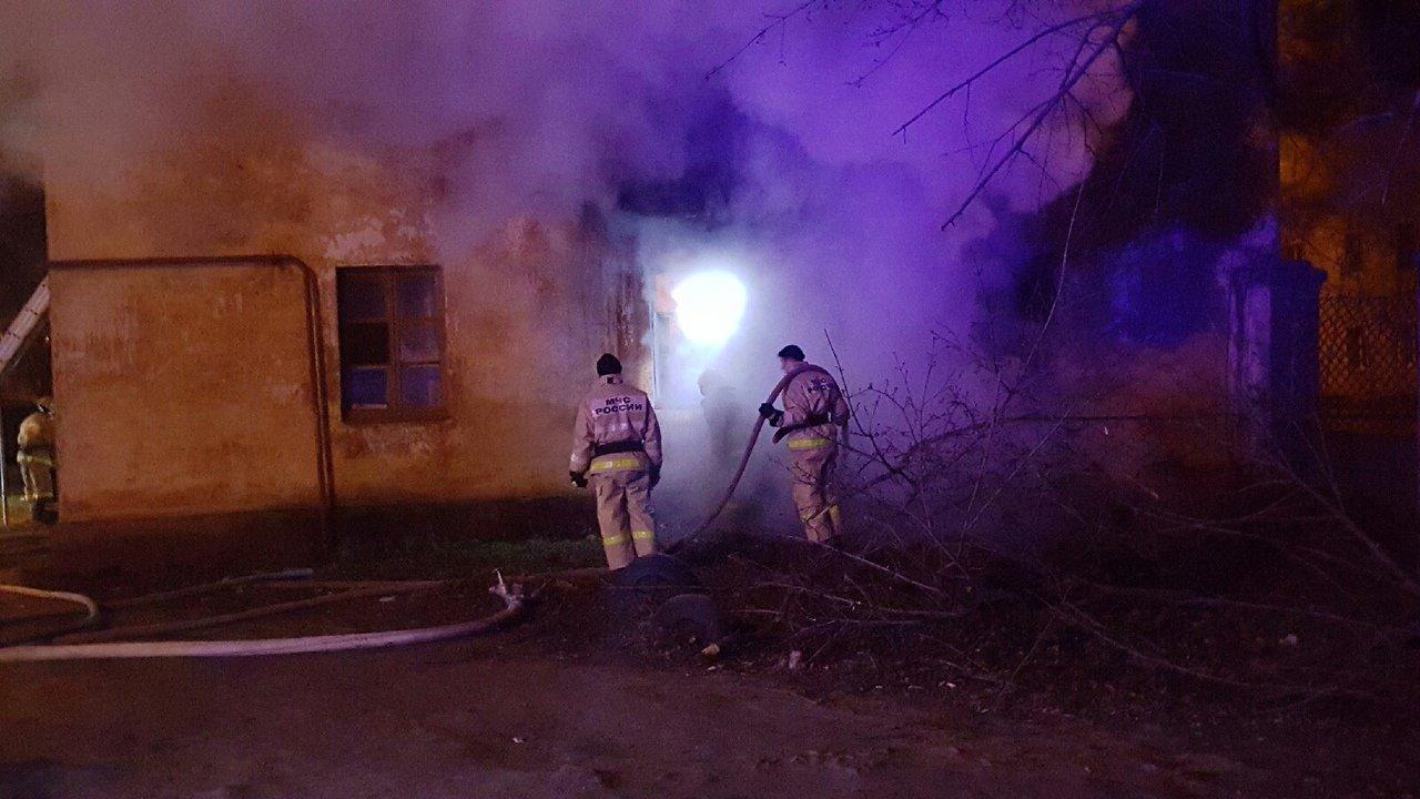 В центре Тамбова рано утром загорелся многоквартирный дом, 27 человек до сих пор не могут вернуться в жилище: видео, фото-4