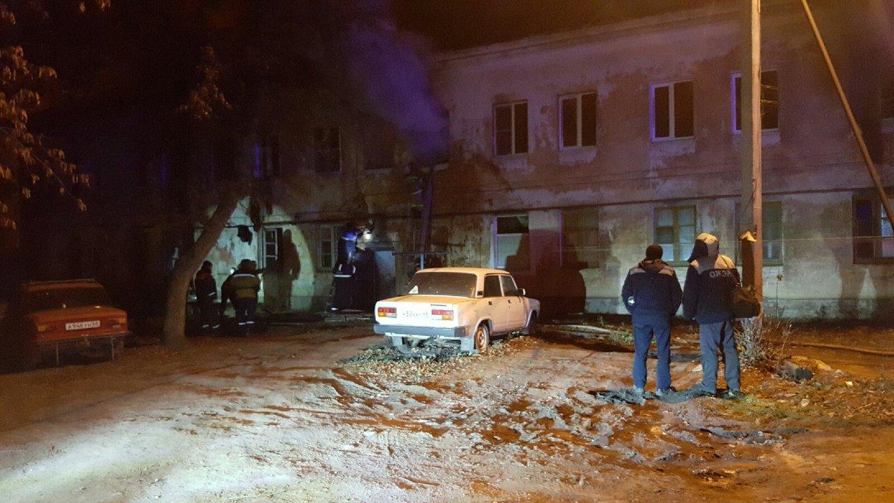 В центре Тамбова рано утром загорелся многоквартирный дом, 27 человек до сих пор не могут вернуться в жилище: видео, фото-5