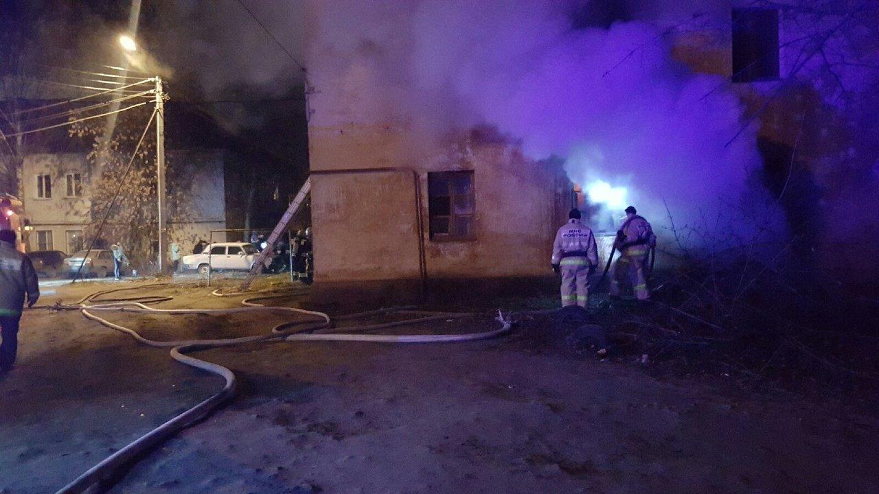 В центре Тамбова рано утром загорелся многоквартирный дом, 27 человек до сих пор не могут вернуться в жилище: видео, фото-6
