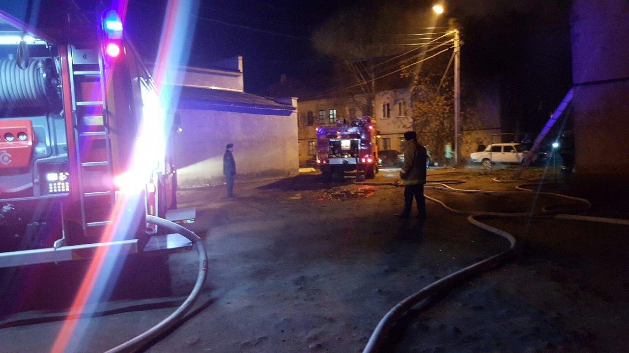 В центре Тамбова рано утром загорелся многоквартирный дом, 27 человек до сих пор не могут вернуться в жилище: видео, фото-3