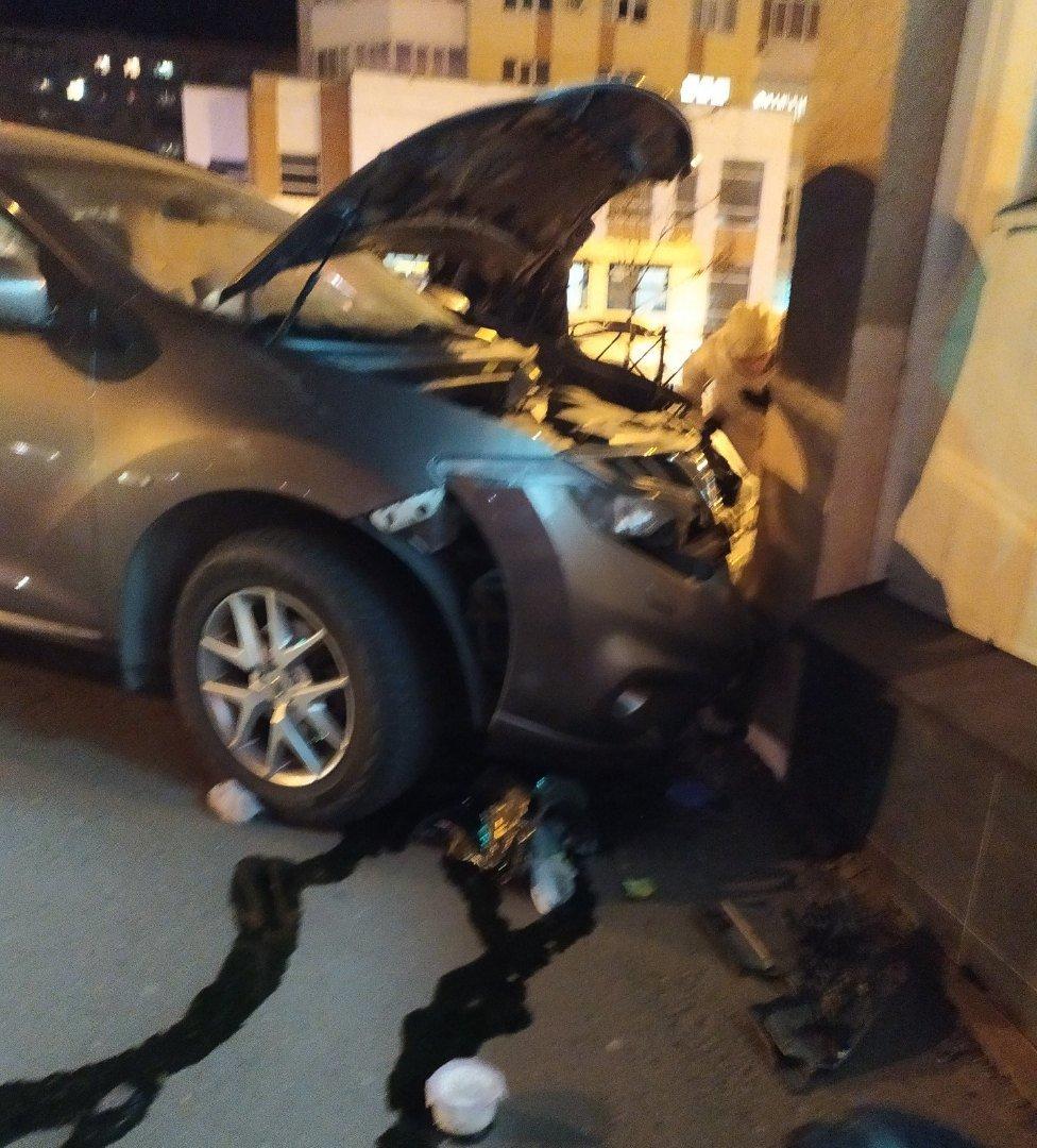 В центре Тамбова легковушка после ДТП вылетела на тротуар. Погиб пешеход, еще семеро пострадали (ВИДЕО), фото-1