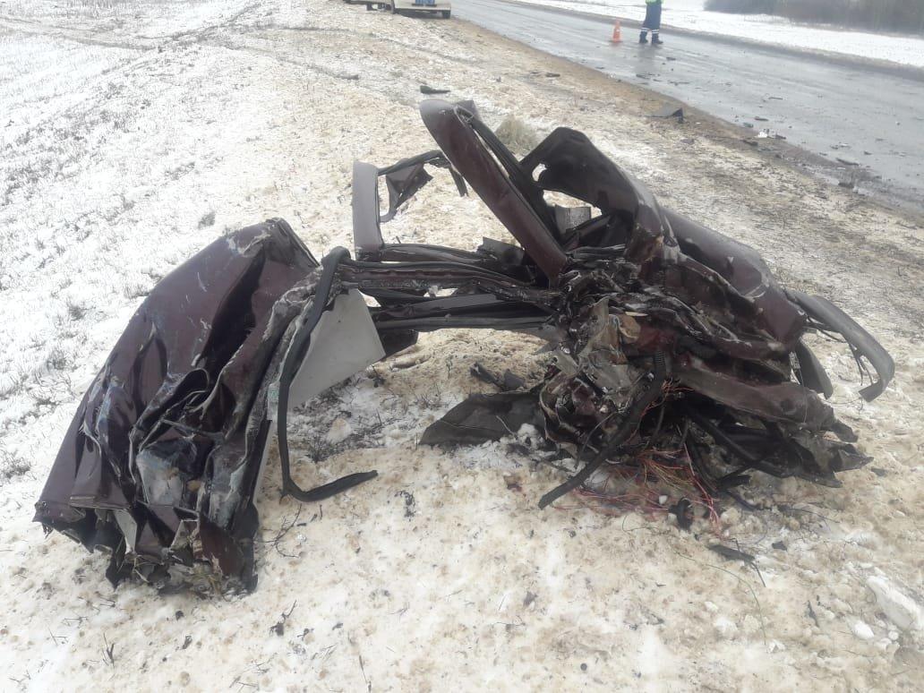 Страшное ДТП под Тамбовом с участием «КамАЗа» и легковушки: двое погибли, еще одна женщина госпитализирована (ВИДЕО), фото-1