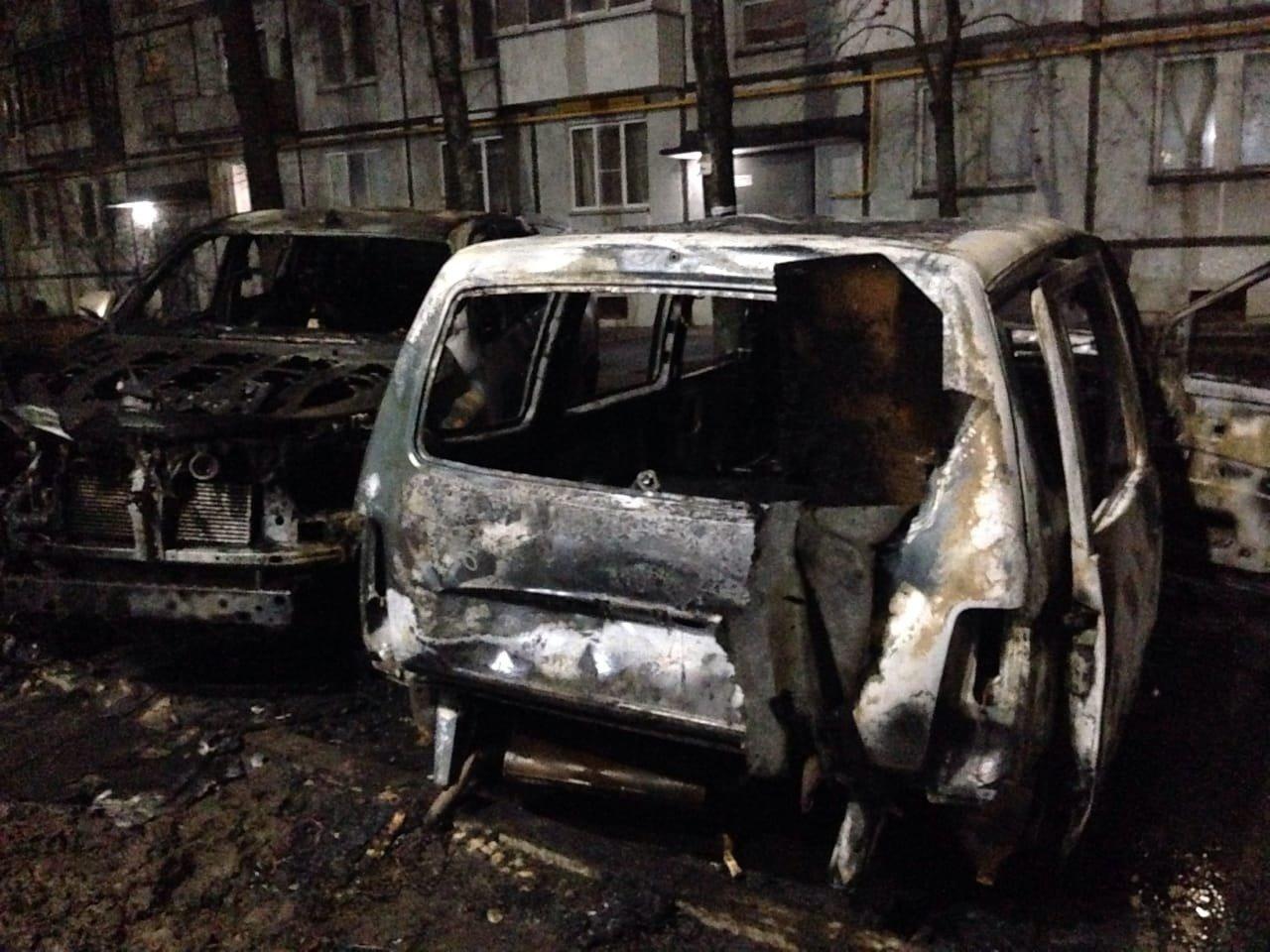 В центре Тамбова ночью сгорели две «Тойоты» и «Лада», фото-1