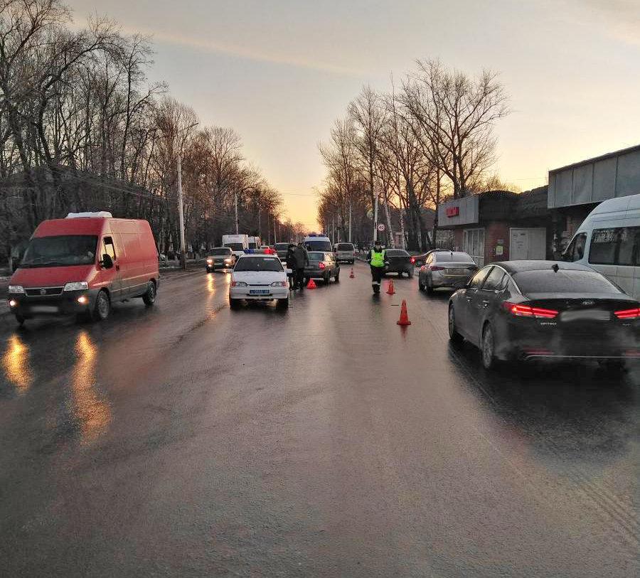 В Мичуринске легковушка сбила женщину с ребенком, которая вышла из-за стоящих машин, фото-2