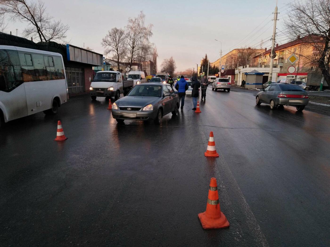 В Мичуринске легковушка сбила женщину с ребенком, которая вышла из-за стоящих машин, фото-1