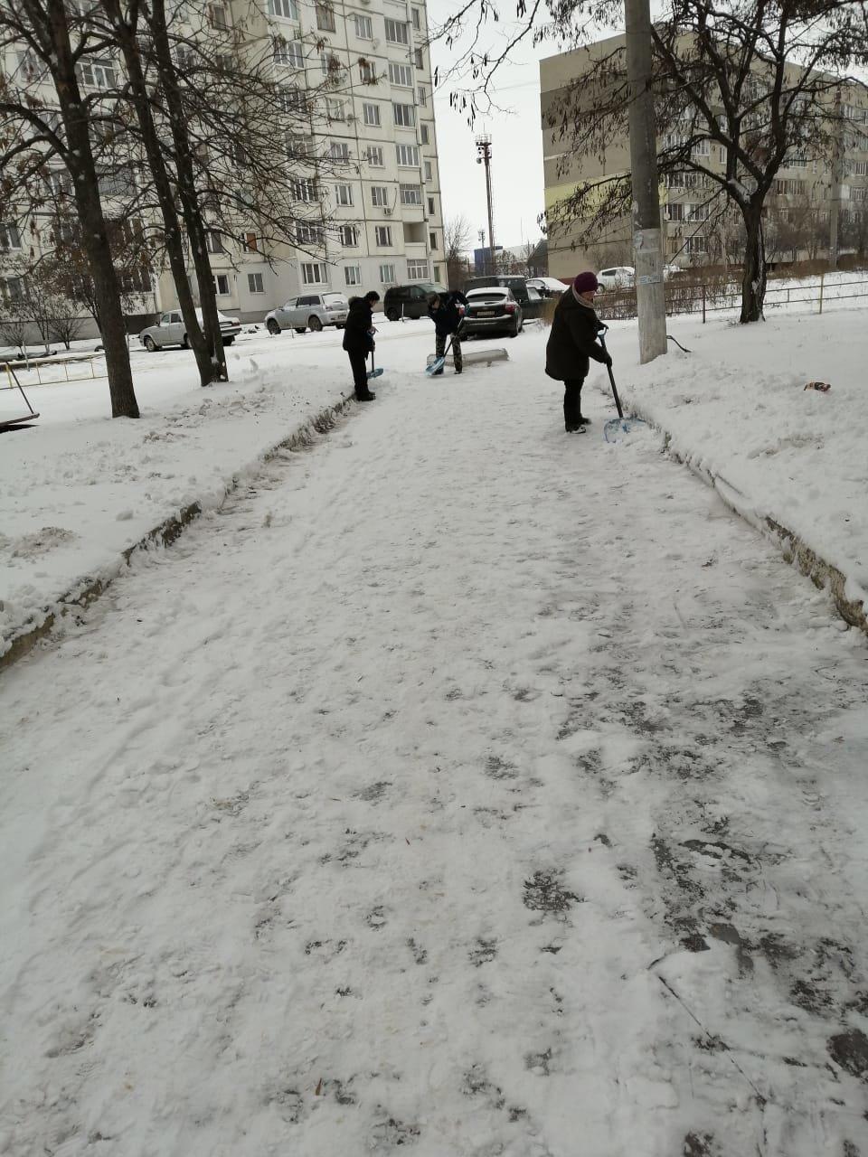 В Тамбове улицы и дворы обрабатывают реагентами от гололеда, фото-1