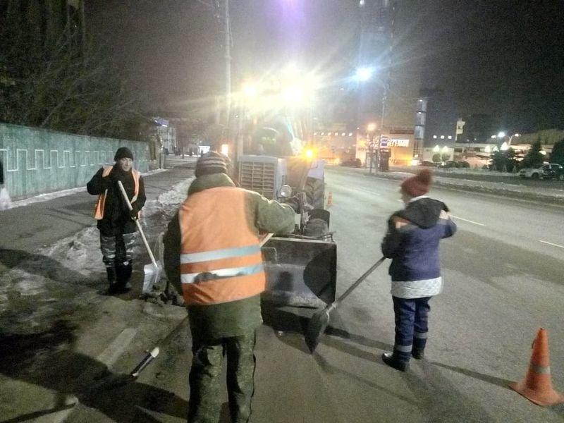 В Тамбове улицы и дворы обрабатывают реагентами от гололеда, фото-3