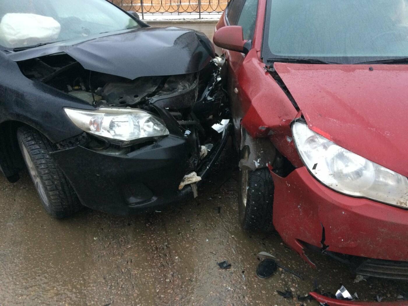 В центре Тамбова на перекрестке столкнулись две иномарки: есть пострадавший, фото-1