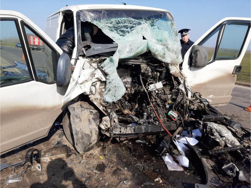 В Тамбовской области микроавтобус влетел в трактор, двое госпитализированы, фото-1