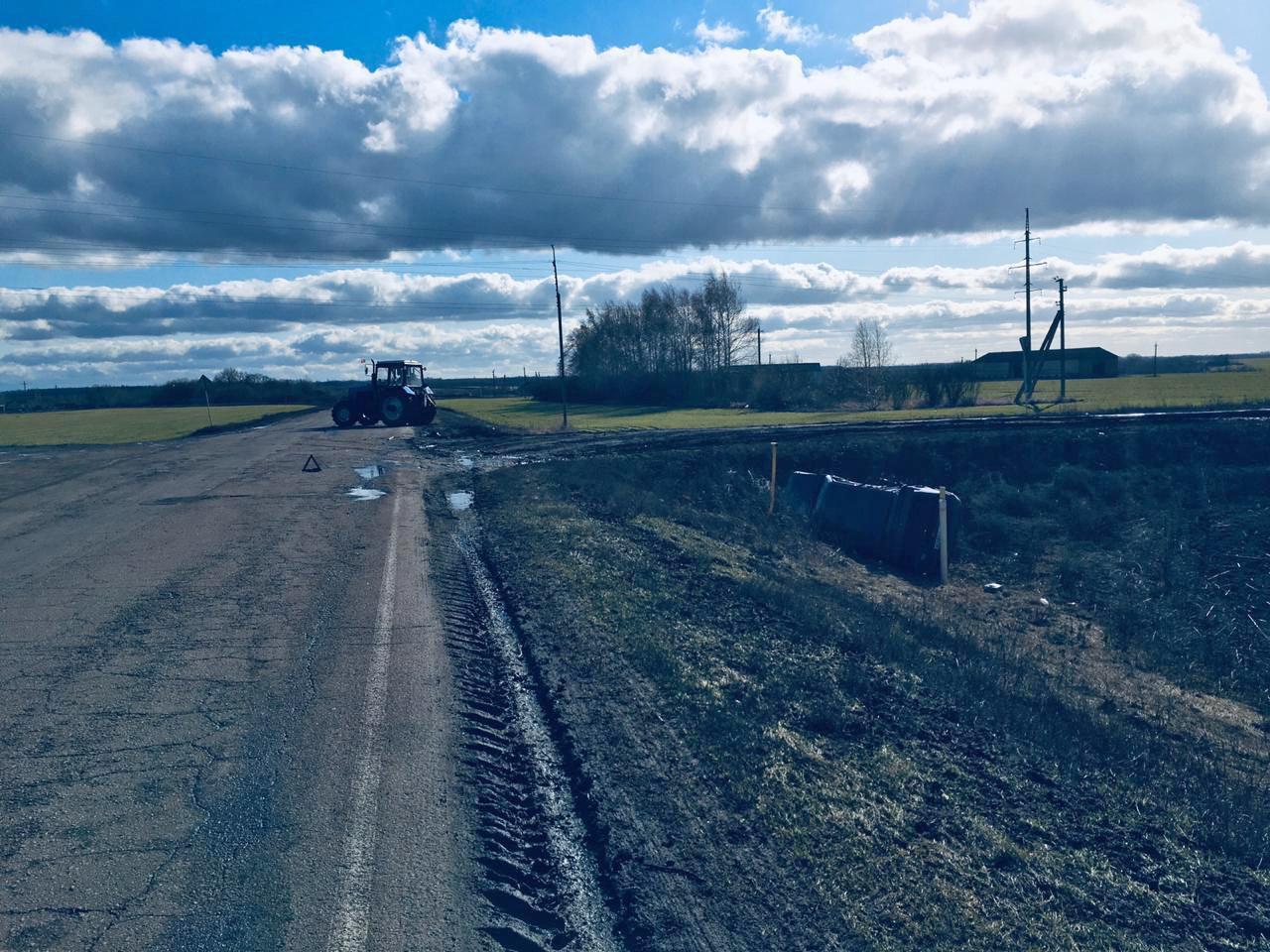 В Тамбовской области трактор врезался в легковой автомобиль, фото-1