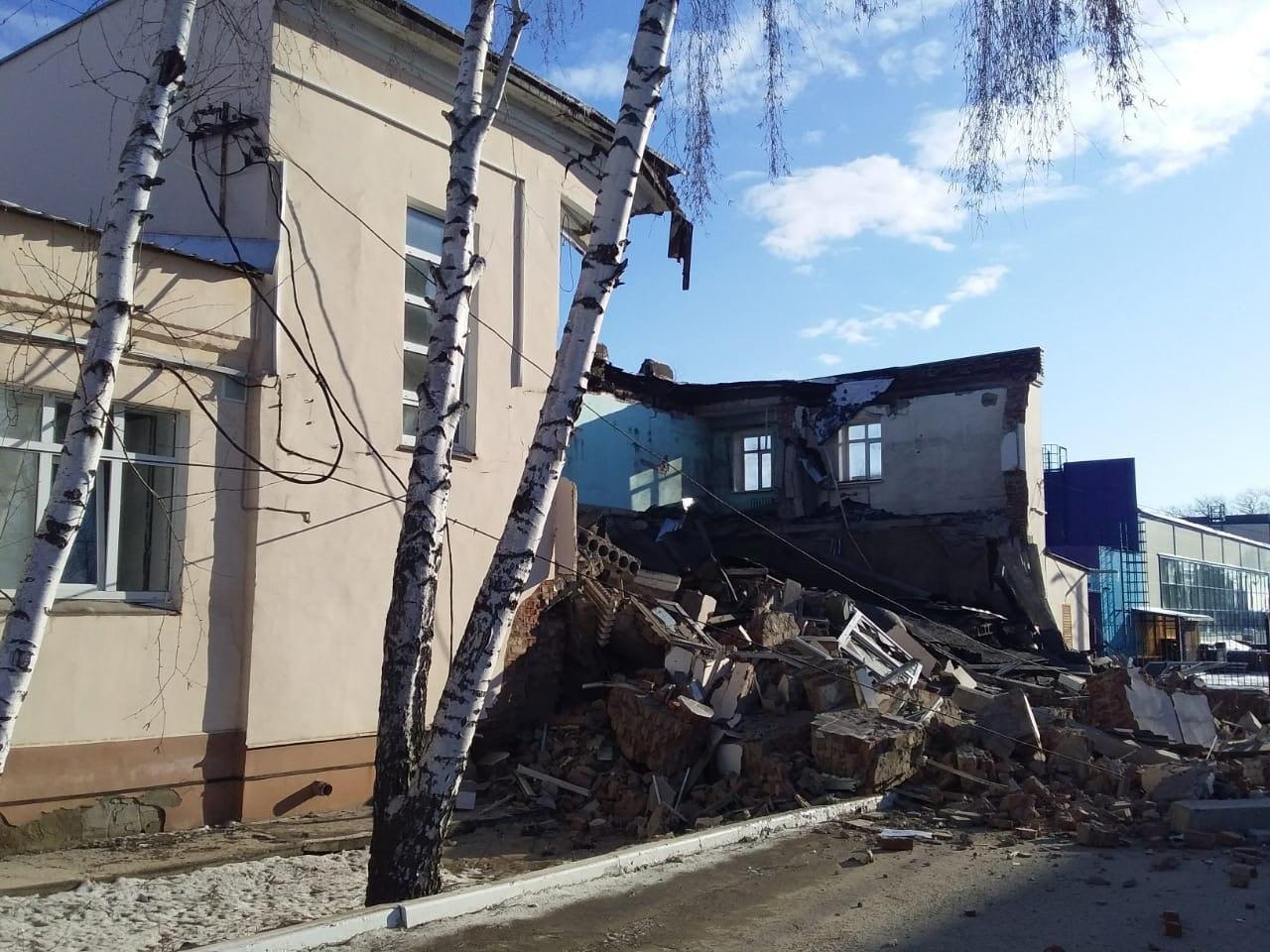 В Мичуринске у здания больницы рухнула стена площадью 600 кв.м., фото-1