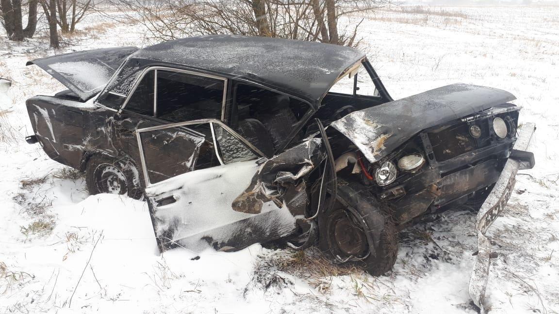 В Сосновском районе «шестерка» вылетела с дороги и въехала в забор, есть пострадавший, фото-1