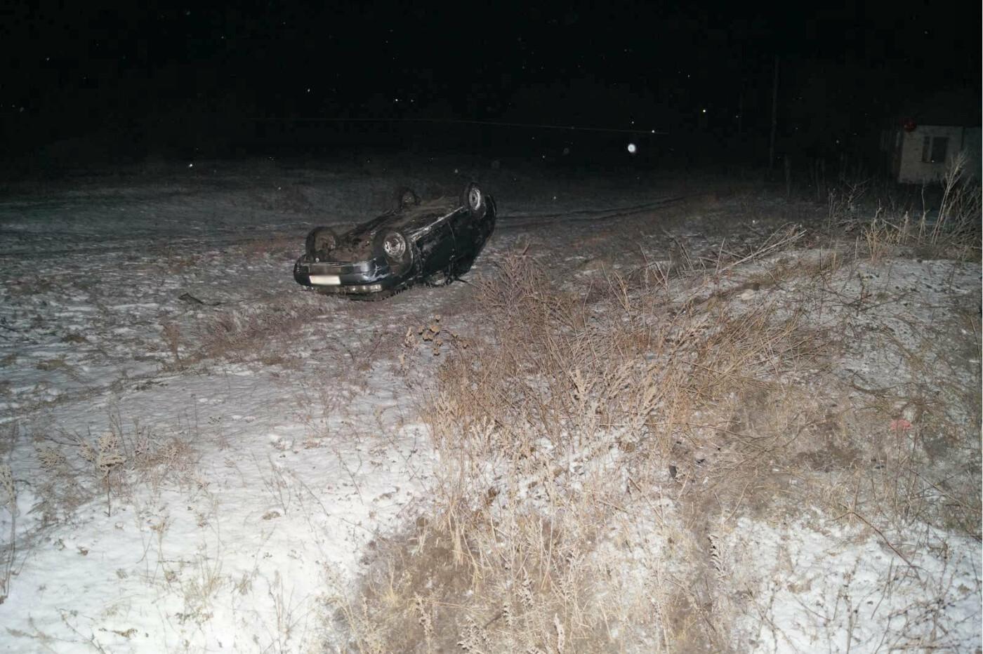 На сельской дороге в Мордовском районе перевернулась легковушка, двое в больнице, фото-1