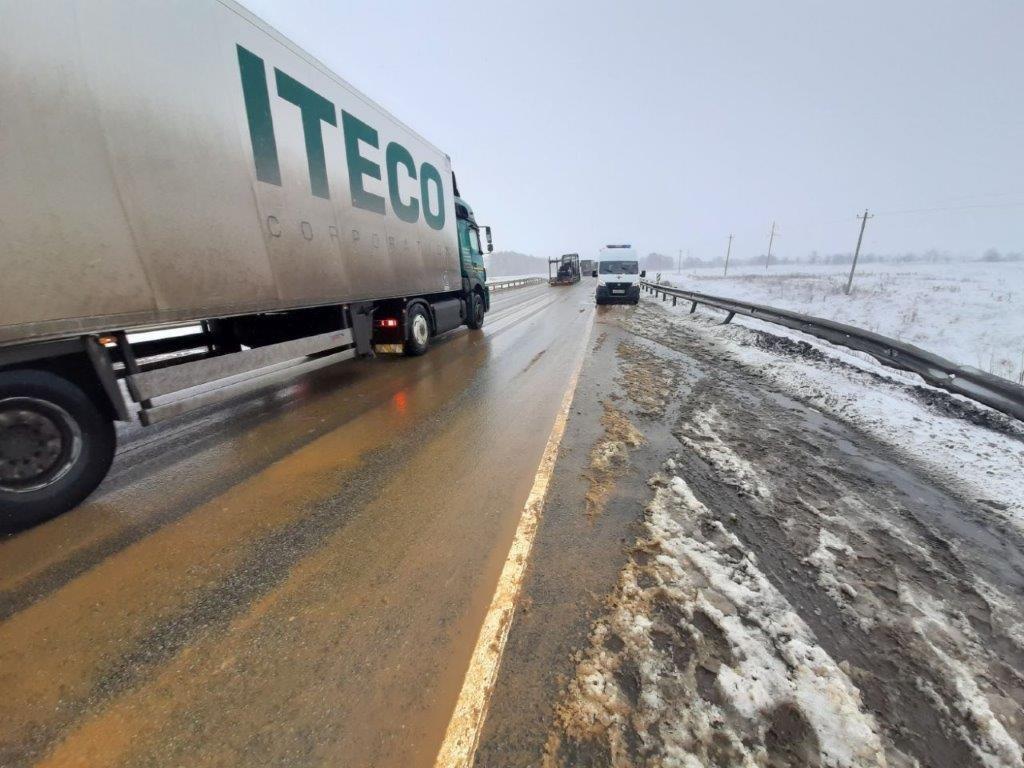 В Тамбовской области на федеральной трассе Р-22 перевернулся рейсовый автобус: двое погибли, еще 18 пострадали, фото-1