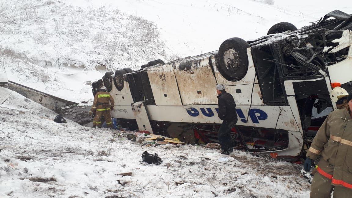 В Тамбовской области на федеральной трассе Р-22 перевернулся рейсовый автобус: двое погибли, еще 18 пострадали, фото-11