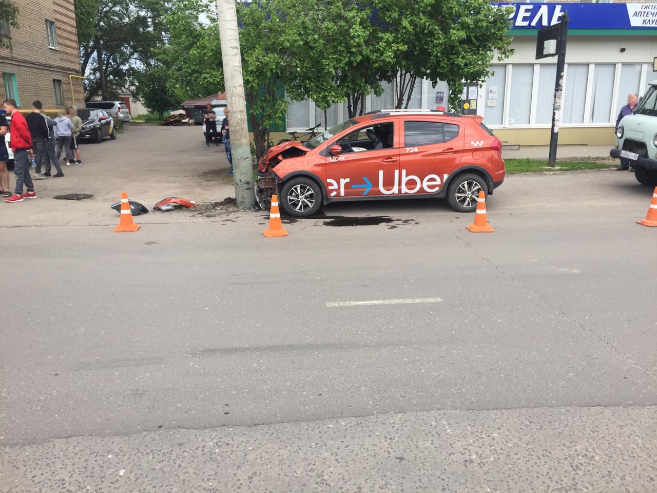 В Мичуринске автомобиль такси врезался в столб, фото-3